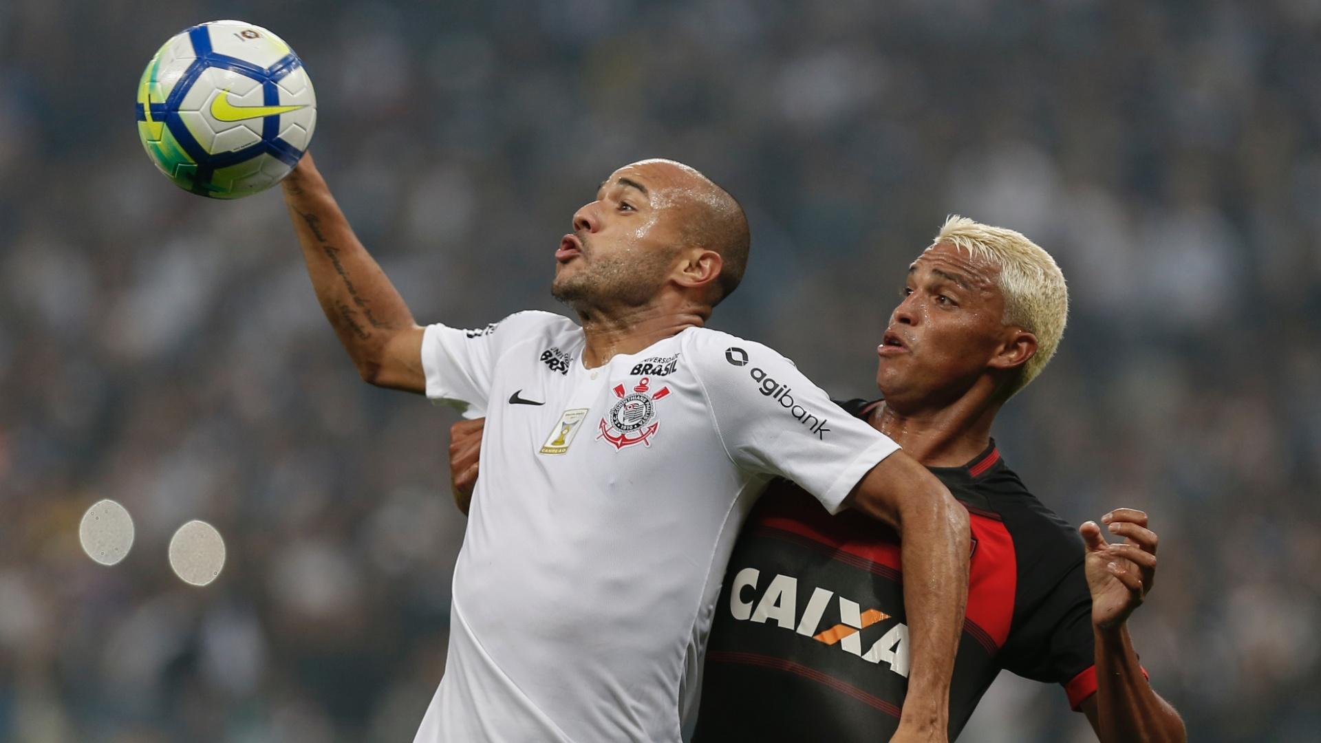 Roger e Aderllan disputam a bola em jogo entre Corinthians e Vitória