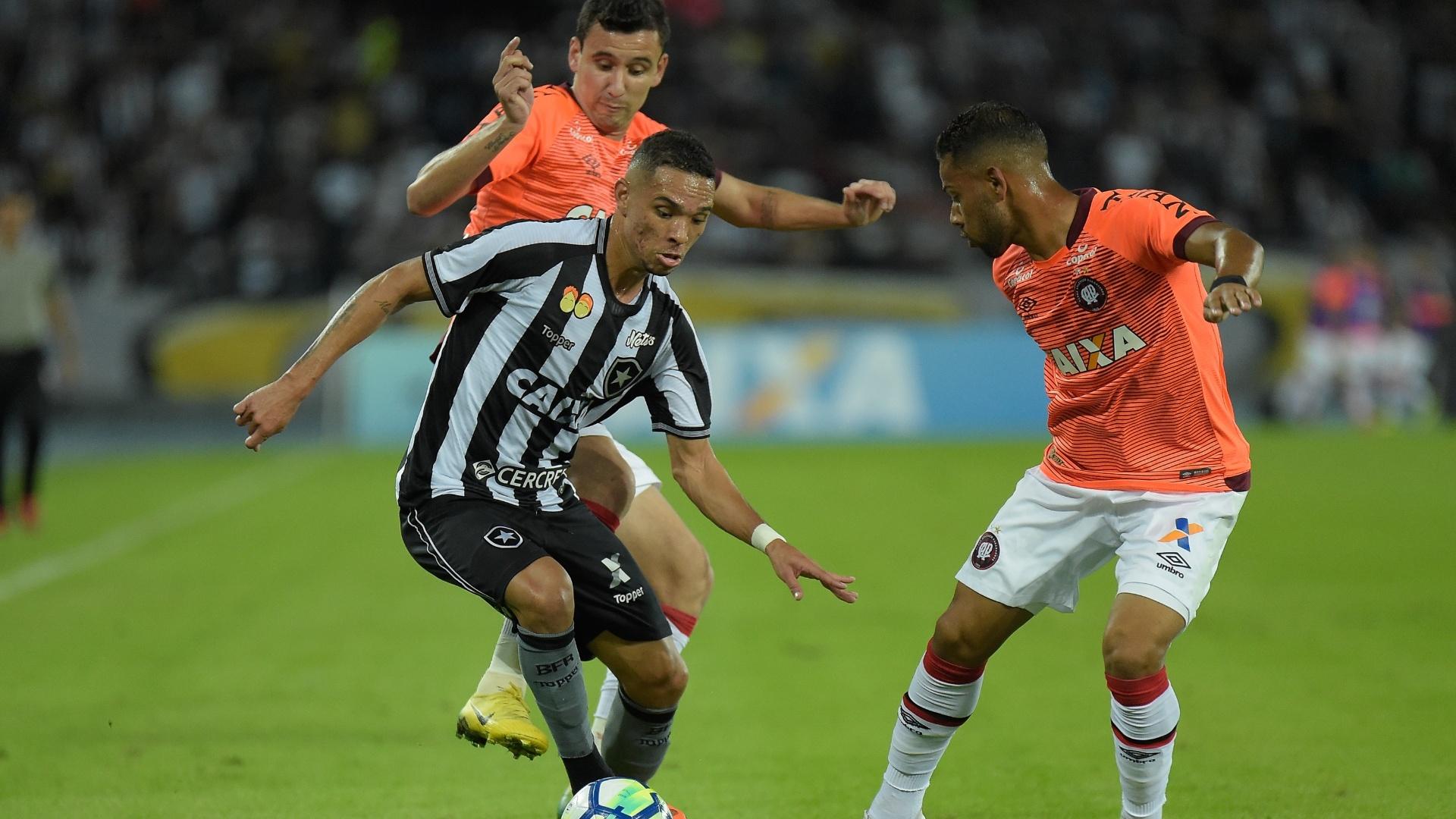 Luiz Fernando encara a marcação durante partida entre Botafogo e Atlético-PR