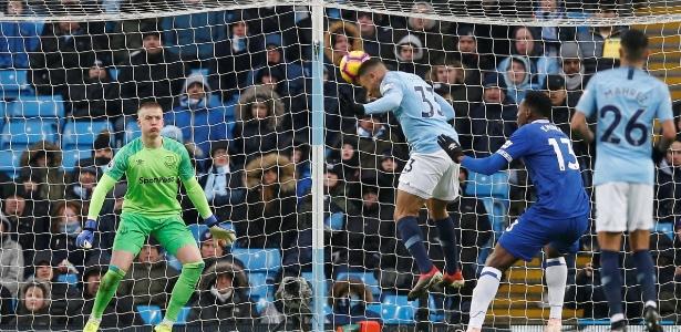 Gabriel Jesus supera marcação de Mina para marcar gol para o City contra o Everton - ANDREW YATES/REUTERS