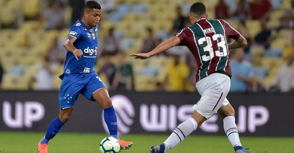 Nino, do Fluminense, disputa lance com Pedro Rocha, do Cruzeiro, durante partida pela Copa do Brasil 2019