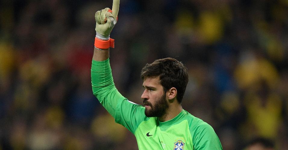 Alisson comemora defesa de pênalti no jogo Brasil x Paraguai