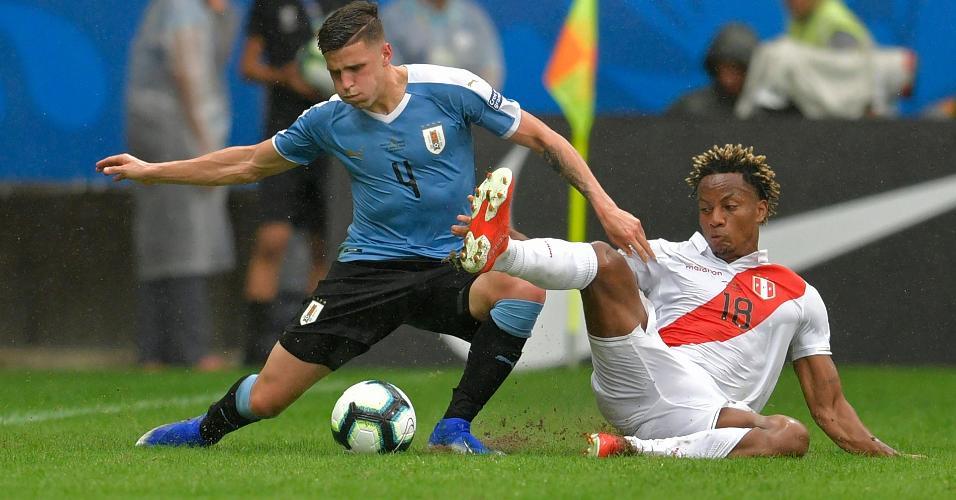 González, do Uruguai, e Carrillo, do Peru, disputam bola em jogo da Copa América