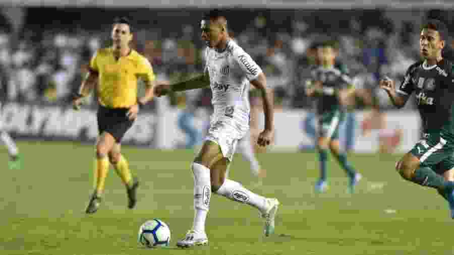 Tailson, do Santos, parte pra cima da defesa do Palmeiras - Ivan Storti/Santos FC