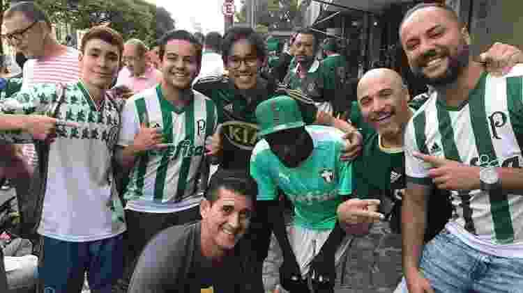 Fábio, morador de rua que torce para o Palmeiras, em bar próximo ao Allianz Parque - Arquivo pessoal - Arquivo pessoal