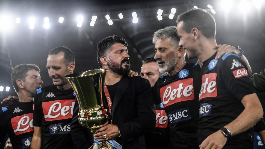 Gennaro Gattuso, técnico do Napoli, comemora com troféu da Copa da Itália - Filippo MONTEFORTE / AFP
