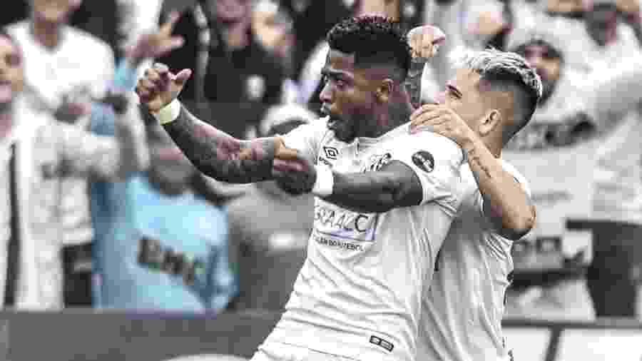 Marinho e Soteldo comemoram gol do Santos na Vila Belmiro - Ivan Storti/Santos FC