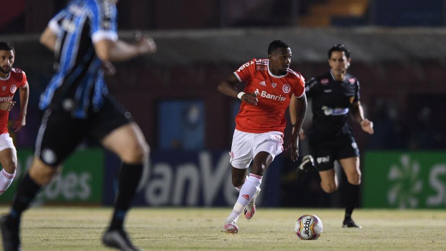 Edenilson com a bola durante o confronto entre Inter e Grêmio pelo Campeonato Gaúcho - Ricardo Duarte/SC Internacional