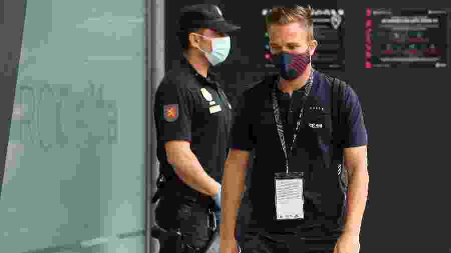 Arthur, meio-campista do Barcelona, caminha com máscara no rosto - Octavio Passos/Getty Images