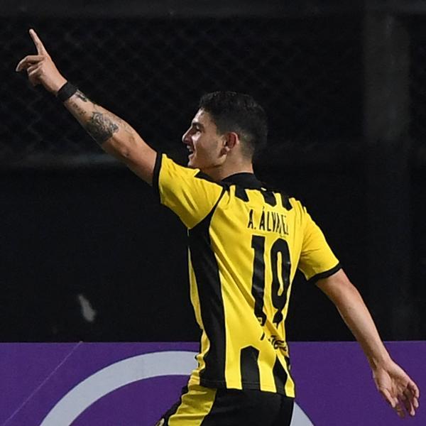 Agustin Alvarez marcou três gols na goleada do Peñarol sobre o Corinthians na Sul-Americana