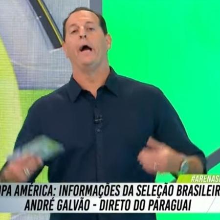 """Benjamin Back brinca ao chamar repórter André Galvão no """"Arena SBT"""" - Reprodução/SBT"""