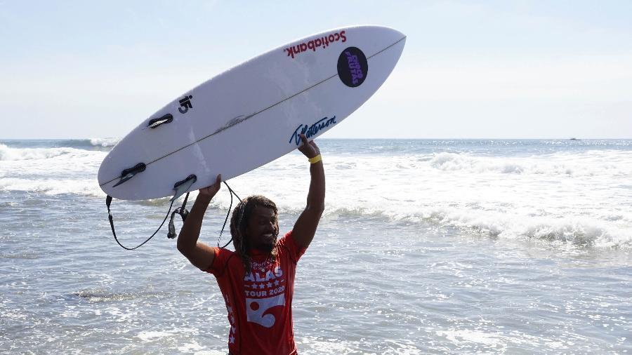 Carlos Muñoz, surfista da Costa Rica - Xinhua/Alexander Pen?a