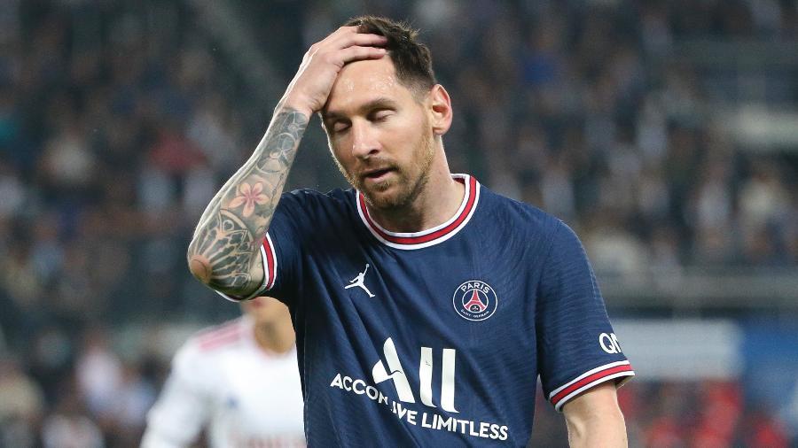 Messi lamenta durante jogo entre PSG e Lyon; argentino será ausência no duelo de amanhã da equipe - John Berry/Getty Images