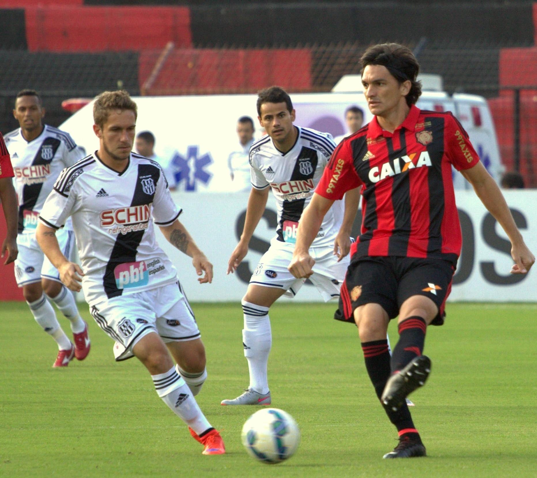 Jogadores do Sport e da Ponte Preta disputam bola em partida neste domingo (16), pelo Campeonato Brasileiro