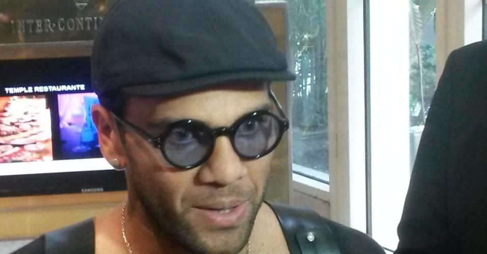 Daniel Alves usa óculos escuro estiloso para dar entrevistas no Chile