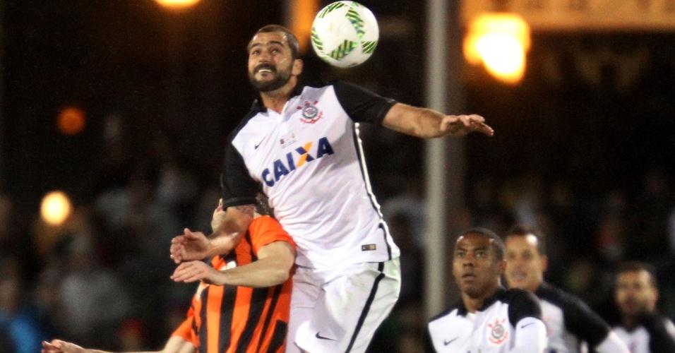 Danilo disputa bola com Taras Stepanenko no jogo do Corinthians contra o Shakhtar na Florida Cup