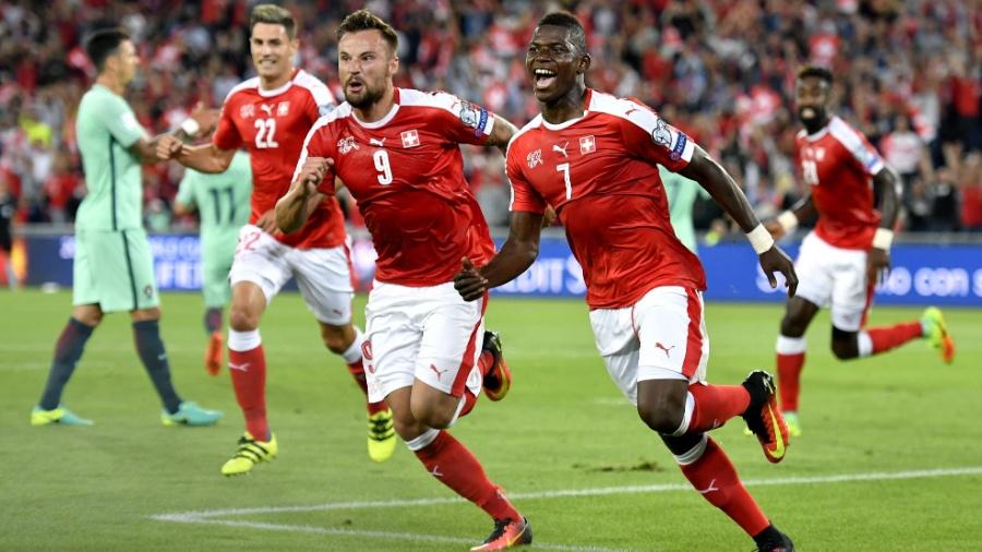 Embolo (à direita) comemora gol marcado pela Suíça contra Portugal - AFP PHOTO / FABRICE COFFRINI
