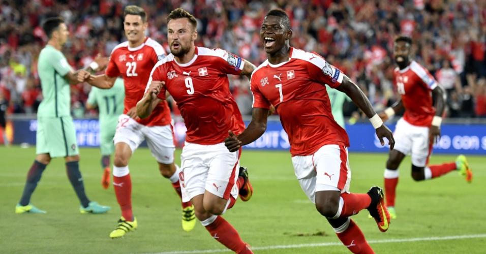 Embolo (à direita) comemora gol marcado pela Suíça contra Portugal