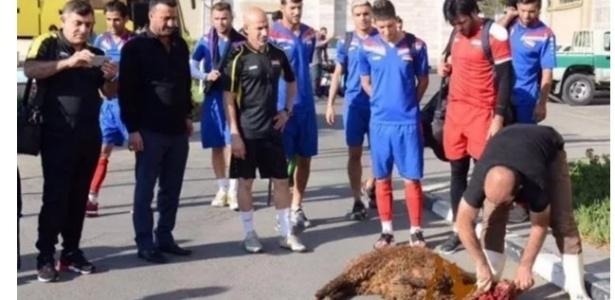 Seleção do Iraque sacrifica ovelha em ritual
