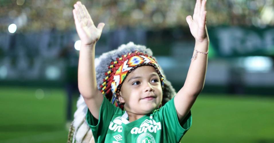 Mascote da Chapecoense no campo da Arena Condá em dia de homenagem