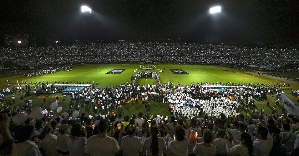Pessoas prestam homenagem no estádio Atanasio Girardot, em Medellin, na Colômbia
