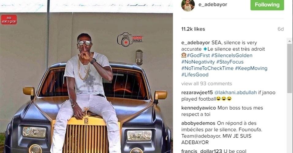 Adebayor ainda não anunciou sua aposentadoria. Desempregado, ele posou com um carrão de R$ 1,5 milhão esses dias