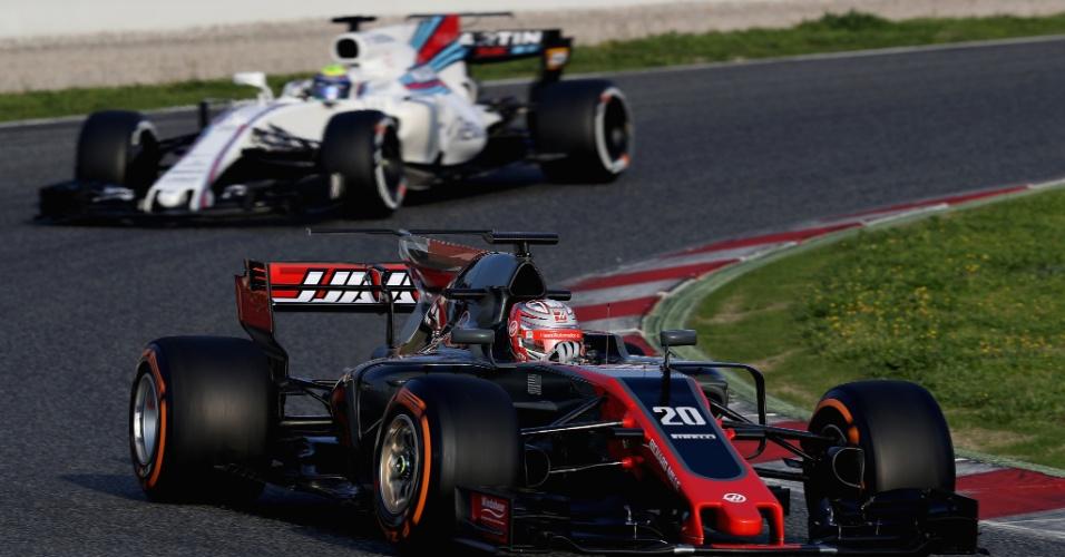 Kevin Magnussen, da Haas, encontra a Williams de Felipe Massa na pista
