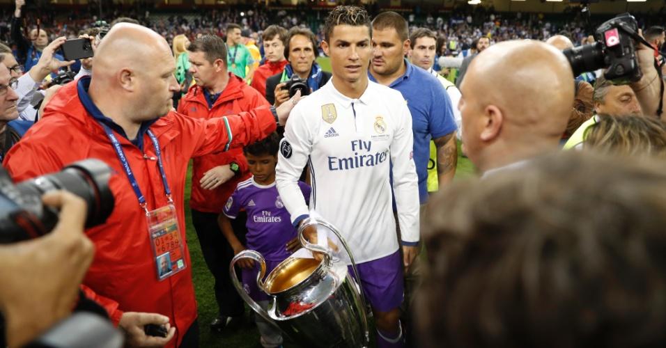 Cristiano Ronaldo carrega a taça da Liga dos Campeões
