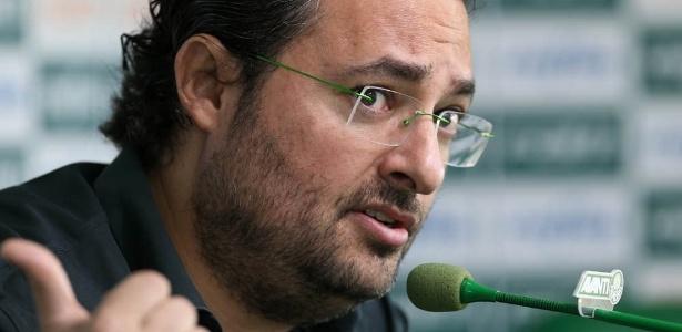 O diretor de futebol Alexandre Mattos, do Palmeiras, concede entrevista coletiva