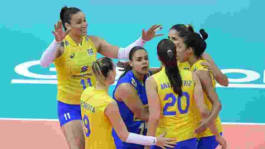 Seleção brasileira comemora ponto conquistado contra a Itália no Grand Prix - Divulgação/FIVB