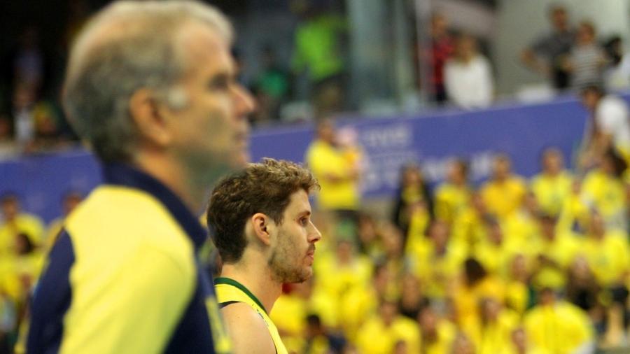 24.05.2014 - Bernardinho e Bruninho se alinham para ouvir o hino nacional - Divulgação / FIVB