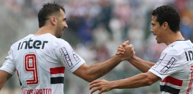 Pratto e Hernanes comemoram gol do São Paulo. Dupla está afinada nesta reta final do Brasileiro
