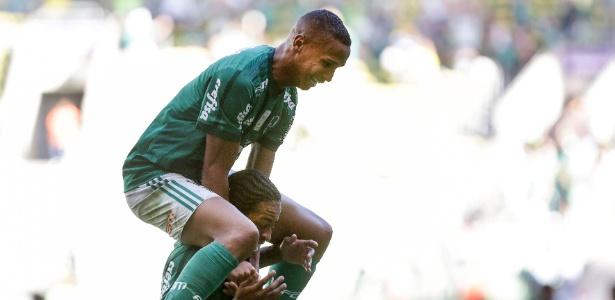 Deyverson pula nos ombros de Keno após gol do Palmeiras sobre o Flamengo