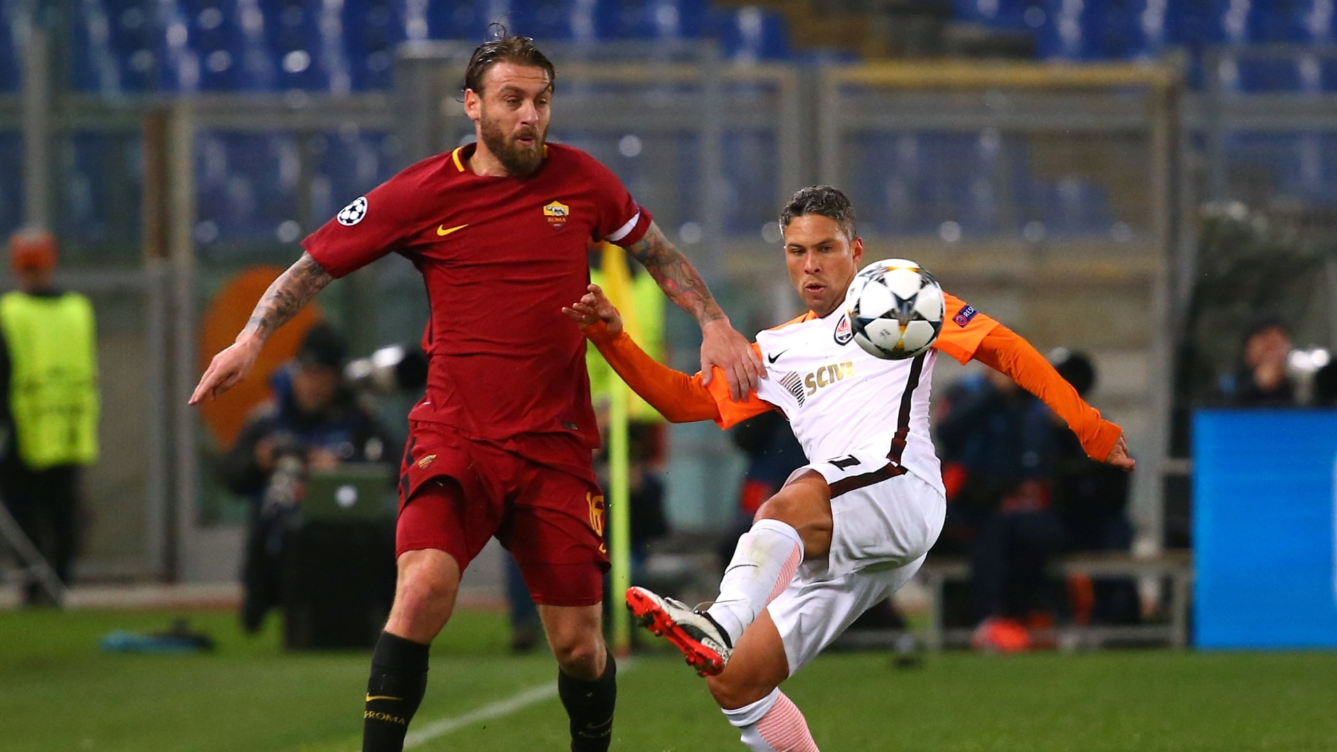 De Rossi e Marlos disputam bola em Roma x Shakhtar pela Liga dos Campeões