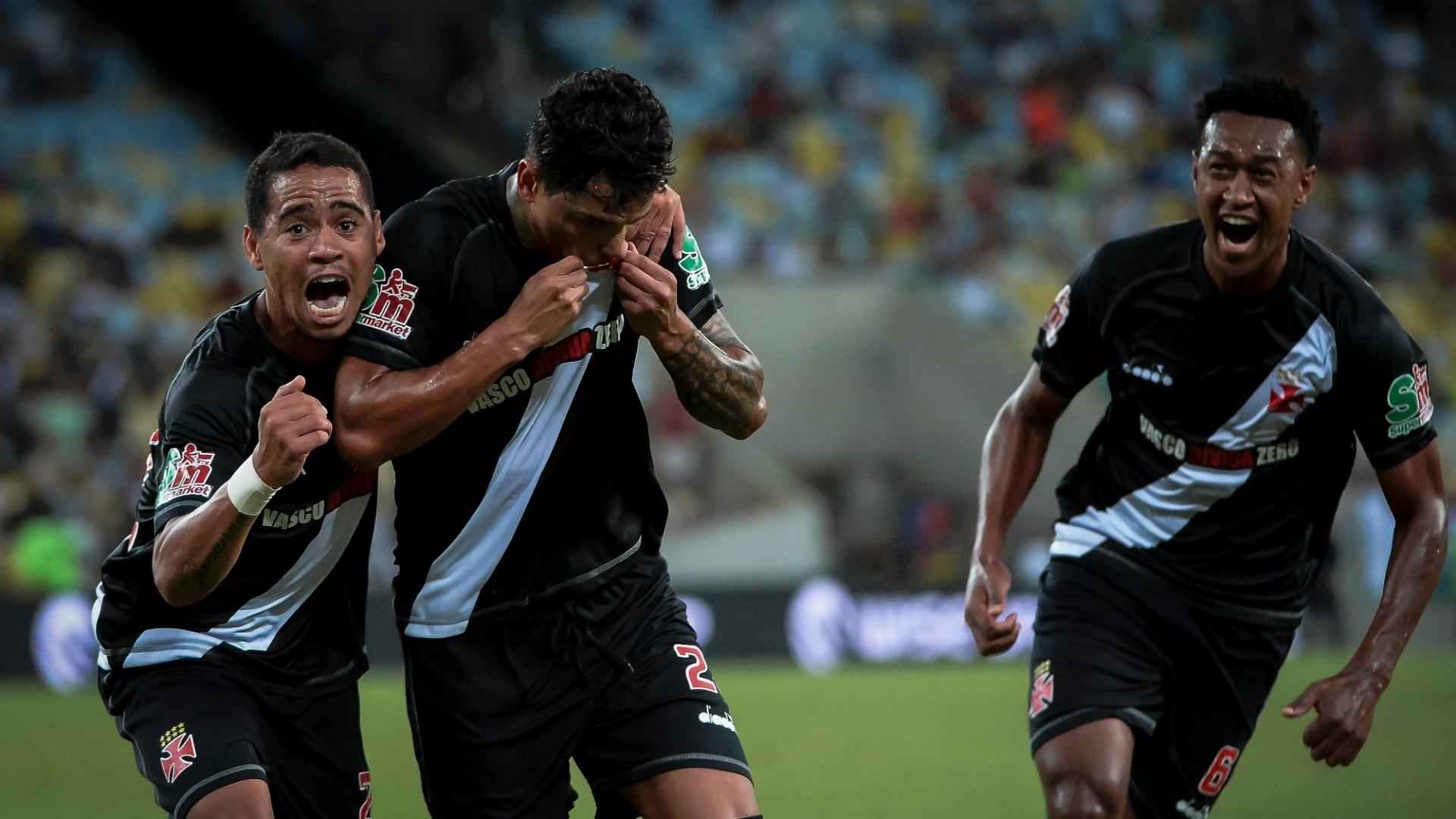 Jogadores do Vasco comemoram gol de Giovanni Augusto contra o Fluminense pelo Campeonato Carioca