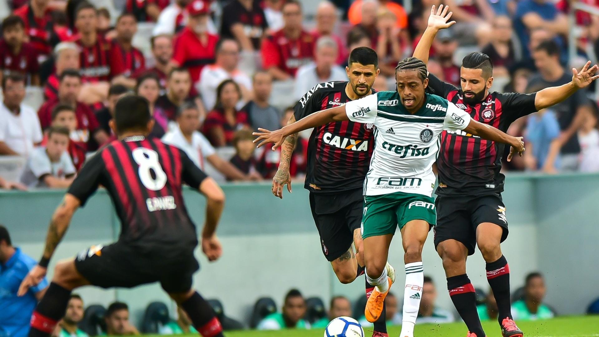 Keno é marcado por dois jogadores durante a partida entre Atlético-PR e Palmeiras