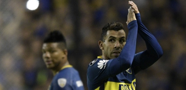 Tevez aplaude torcida do Boca durante jogo contra o Alianza Lima
