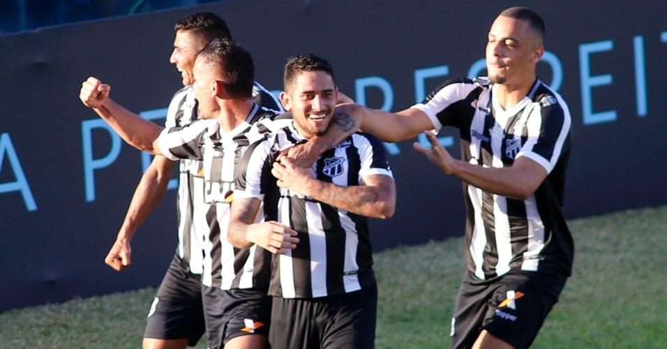 Jogadores do Ceará comemoram gol de Leandro Carvalho sobre o Fluminense