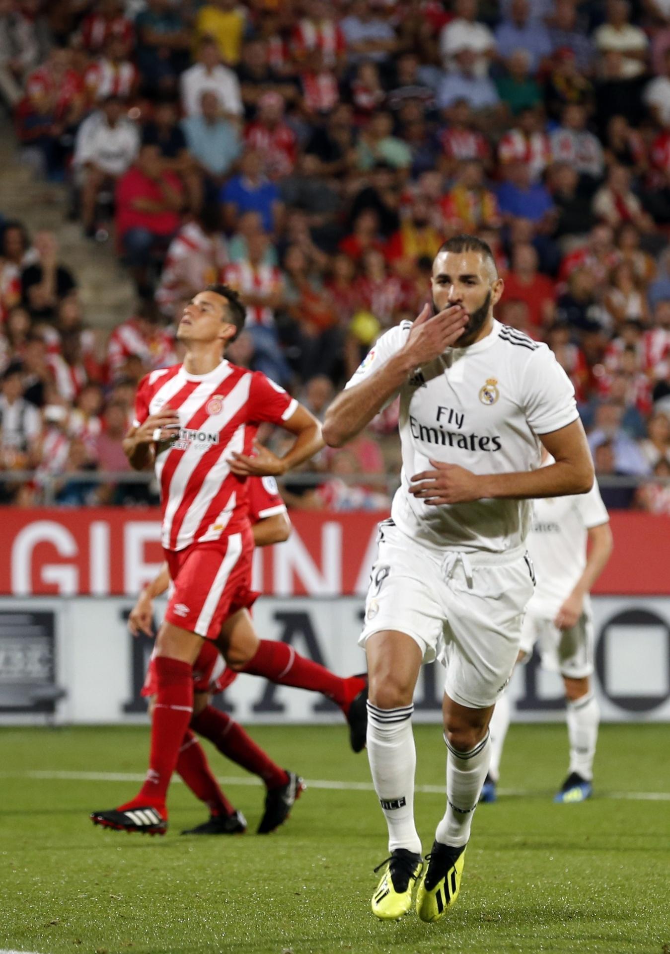 Benzema marca de pênalti e celebra o segundo gol do Real Madrid contra o Girona