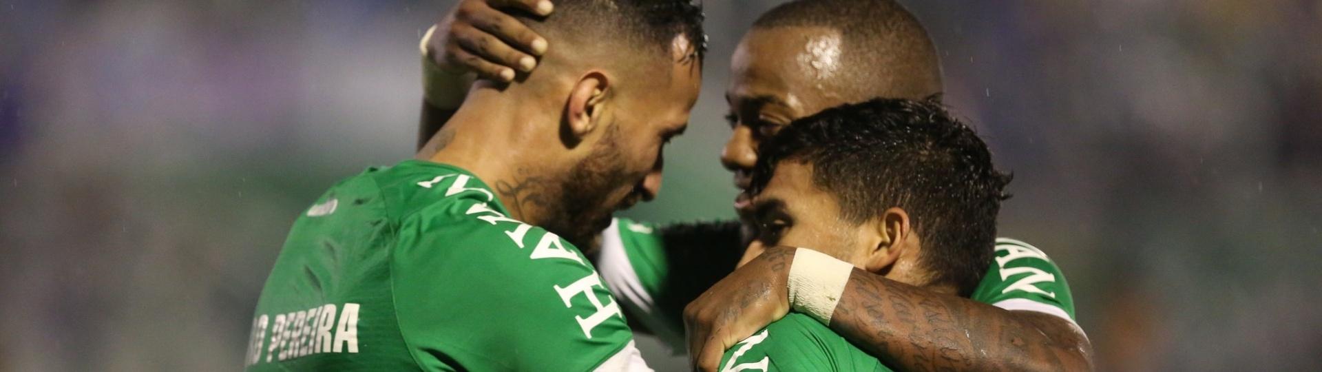 Jogadores da Chapecoense comemoram gol de Leandro Pereira contra Atlético-PR