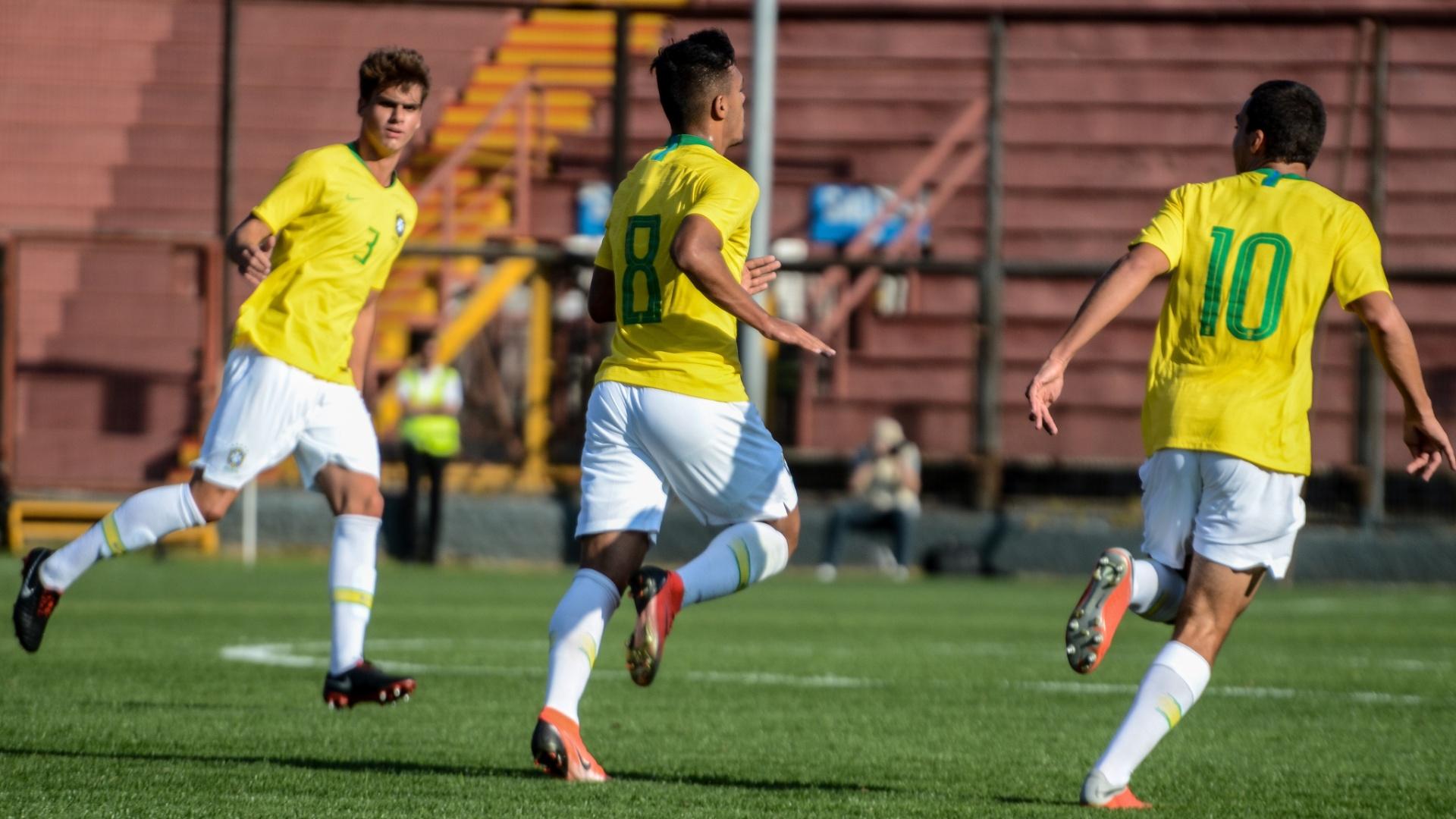 Gabriel Menino (centro) comemora gol marcado pela seleção brasileira sub-20 em amistoso contra o Chile