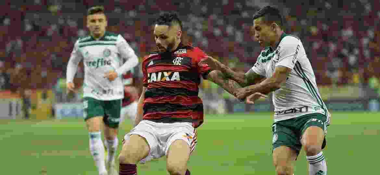 Pará e Dudu disputam a bola durante a partida entre Flamengo e Palmeiras - Thiago Ribeiro/AGIF