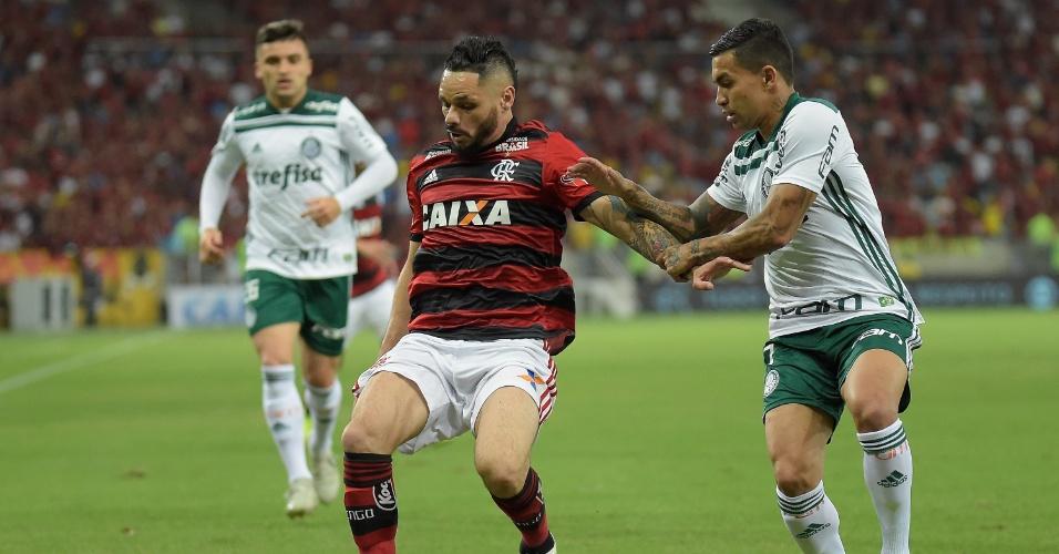 Pará e Dudu disputam a bola durante a partida entre Flamengo e Palmeiras