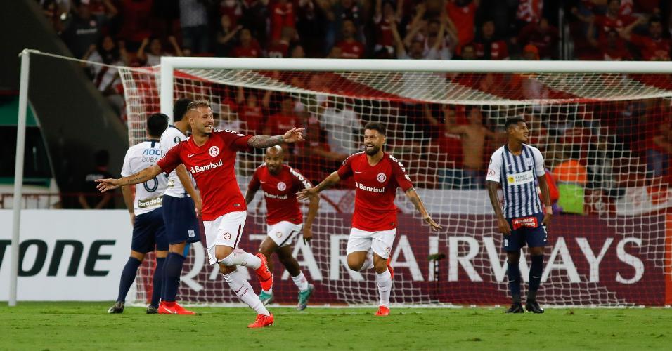Nico Lopez do Internacional comemora gol durante partida contra o Alianza Lima