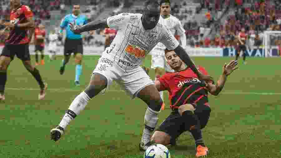 Manoel disputam a bola na partida entre Corinthians X Athletico no 1º turno do Brasileiro - Gabriel Machado/AGIF