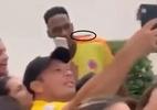 Mina é agredido enquanto tirava fotos com torcedores colombianos - Reprodução/Twitter