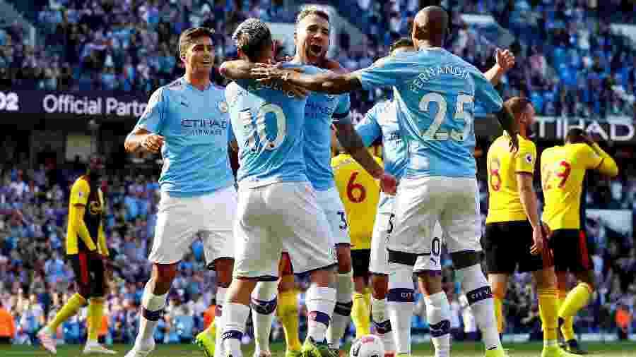 Otamendi comemora com Agüero e Fernandinho o quinto gol do Manchester City contra o Watford - Jason Cairnduff/Reuters