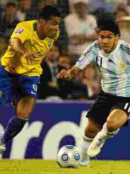 Jogador André Santos disputa bola com Carlos Tevez na vitória do Brasil sobre a Argentina por 3 x 1 em Rosário em partida válida pelas eliminatórias da Copa de 2010. - Daniel Garcia/AFP