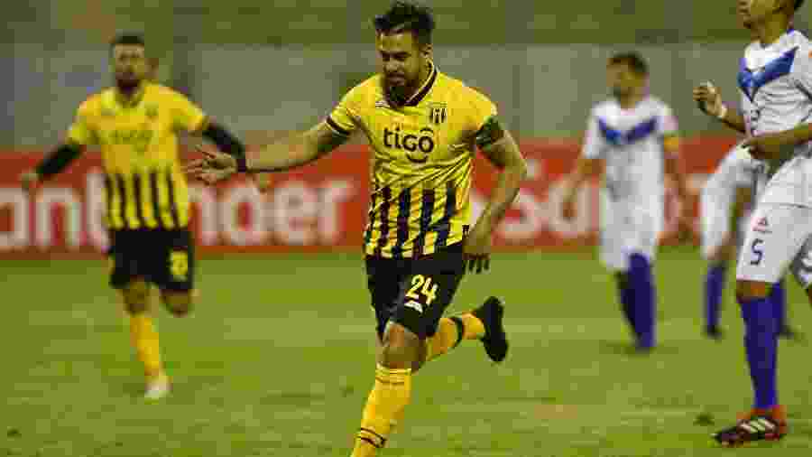 Cristian Báez comemora gol do Guaraní-PAR contra o San José-BOL - AIZAR RALDES / AFP