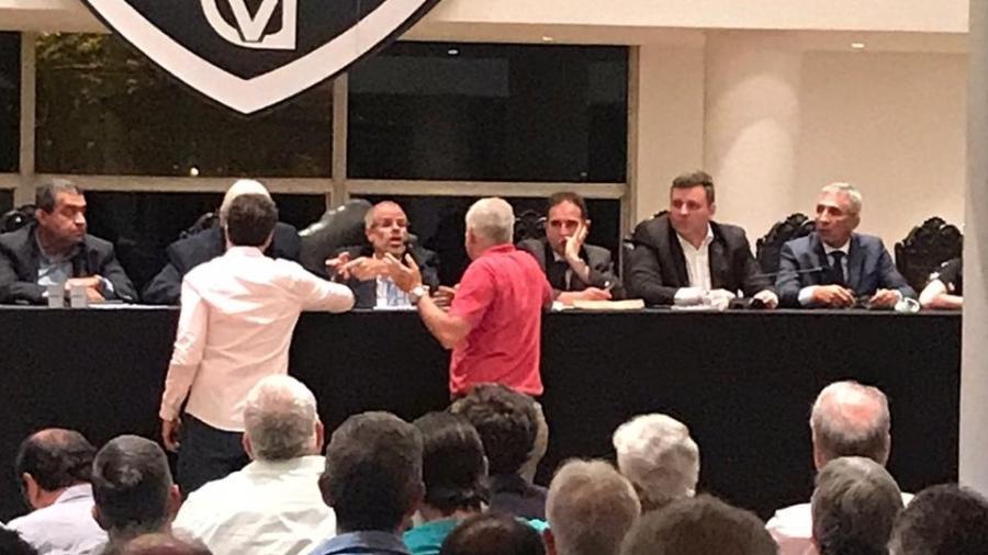 Presidente do CD, Roberto Monteiro discute com o conselheiro Carlos Leão; Campello, à direita, observa - Divulgação