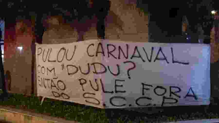 Torcedores do Corinthians protestaram contra Andres Sanches após foto dele com o palmeirense Dudu no Carnaval - Reprodução